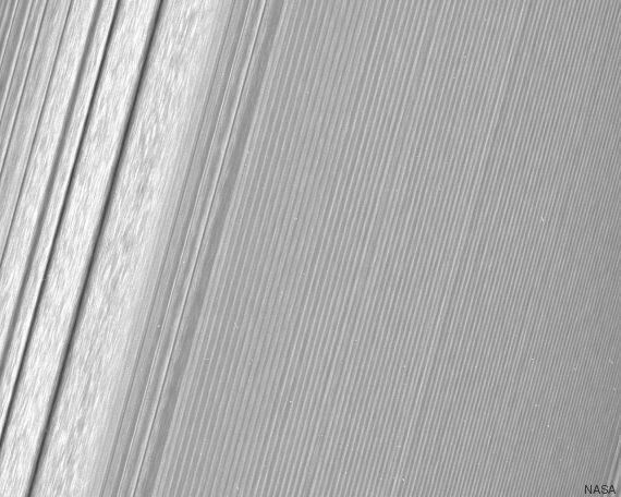 La sonda Cassini fotografa gli anelli di Saturno: le foto pubblicate dalla Nasa a una risoluzione