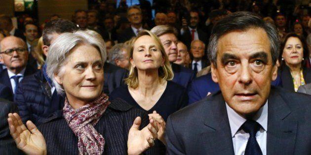 Francois Fillon non molla e contrattacca accusando l'Eliseo. Chiede tempo ai Républicains, ma il partito...