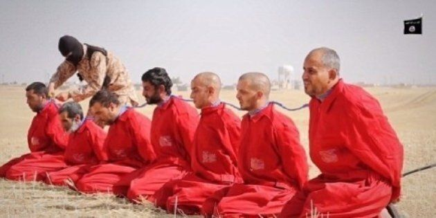 Libia, Isis decapita e crocifigge 12 miliziani a Sirte. I massacri