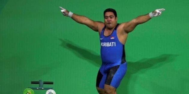 Rio 2016, il pesista del Kiribati balla dopo la gara per sensibilizzare sul riscaldamento