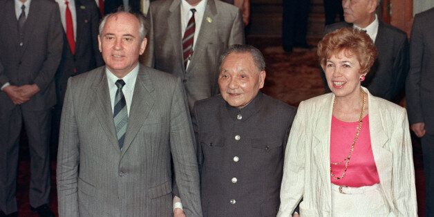 Chinese President Deng Xiaoping (C) ushers hand in hand Soviet President Mikhail Gorbachev (L) and his wife Raisa into the ba