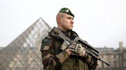 Tentato attentato al Louvre, uomo tenta di aggredire guardia con un machete e urla Allah Akbar