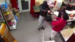 Il rapinatore punta la pistola, la reazione della donna col neonato in braccio è