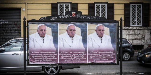 Manifesti contro Papa Francesco mentre commissaria l'Ordine di Malta, avamposto dell'offensiva dei