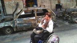 I vandali bruciano l'auto a una disabile, il quartiere ne compra una