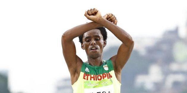 Rio 2016, maratoneta etiope Feyisa Lilesa rischia vita e galera: al traguardo aveva fatto il gesto delle...