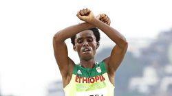 Il maratoneta etiope rischia la vita per questo gesto sul