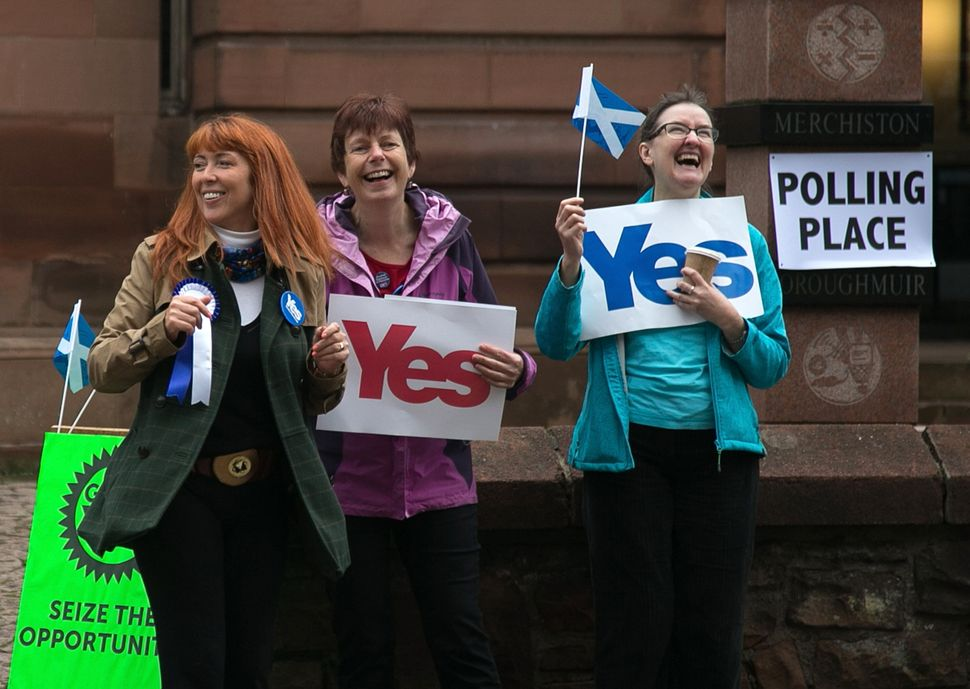 Yes supporters react to motorists passing the Church Hill Theatre polling place in Morningside, Edinburgh on Sept. 18, 2014.