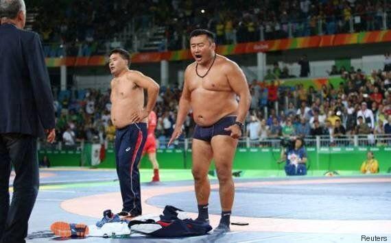 Rio 2016, il lottatore mongolo perde il bronzo, i suoi allenatori protestano rimanendo in