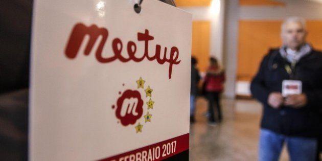 Al meet up di Roma base M5S smarrita per il caso Raggi, ma Di Maio richiama all'orgoglio: