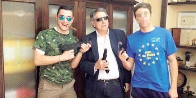 La foto da gangster del preside di Cosenza scatena le polemiche. Lui si difende: