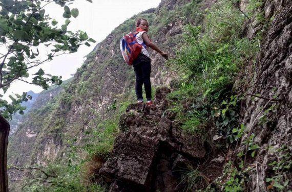Una scalata lunga 800 metri, per tornare a casa da scuola. I bambini cinesi del villaggio Atuler avranno...
