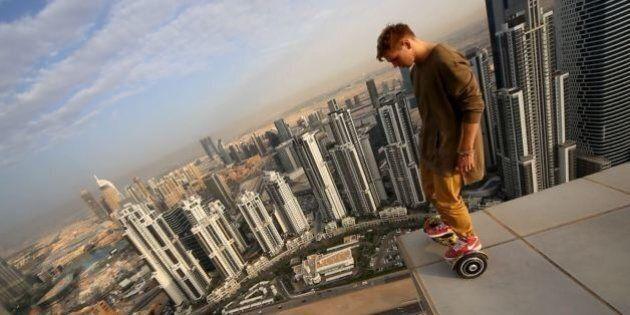 VIDEO. Oleg Sherstyachenko gioca con l'hoverboard su un grattacielo di
