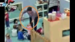 Schiaffi e piatti in testa ai bimbi: arrestata maestra