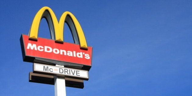 McDonald's, direttore licenziato perché toglie ore di lavoro ai suoi dipendenti perché neri: è