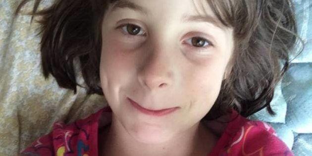 La t-shirt che la figlia autistica ama è fuori produzione, il web risponde all'appello della mamma con...