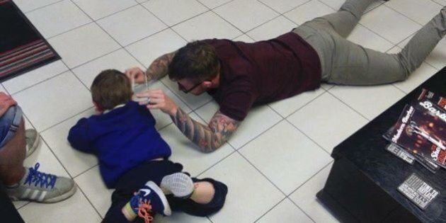 Il barbiere si sdraia a terra per tagliare i capelli al bambino autistico che ha paura delle