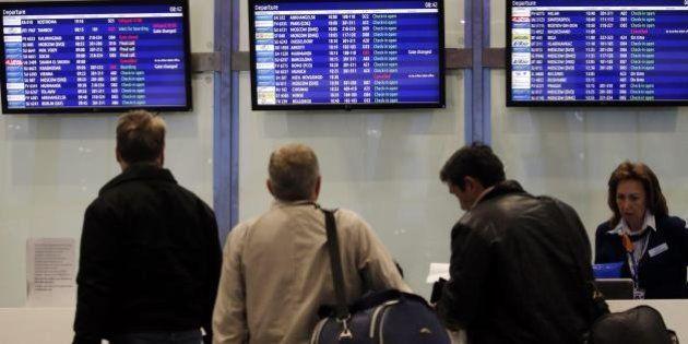 Riparte il primo volo italiano dall'Egitto. Ma è tensione tra i turisti ancora bloccati dopo lo schianto...