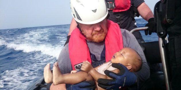 La foto di un bimbo migrante annegato. Il soccorritore: