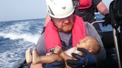 La foto di questo bimbo annegato nel Mediterraneo non ha bisogno di