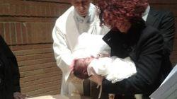 Arriva in Italia su un gommone, nella pancia della madre. Il suo battesimo a