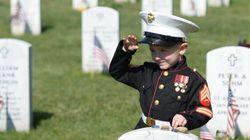 Il gesto del bambino per il suo papà è il migliore omaggio dell'America ai suoi