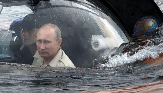 Putin in versione Tritone: scende 80 metri negli abissi della