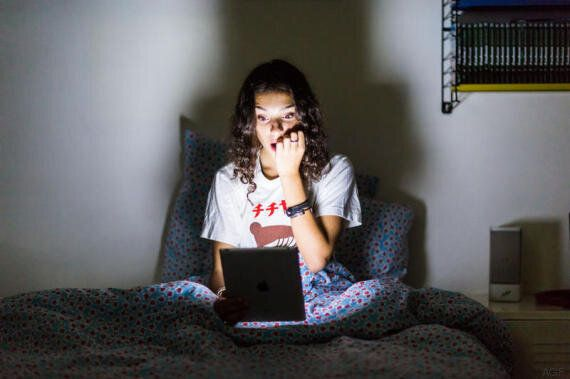 Per riposare bene è meglio addormentarsi leggendo un buon libro che fissare uno schermo connessi a