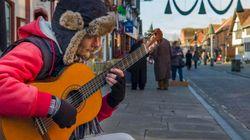 Il musicista di strada che a Roma guadagna anche 100 euro