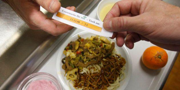 Ein Mann uebergibt am Freitag, 12. Dezember 2008, bei eva's Tisch in Stuttgart seine Essensmarke fuer...