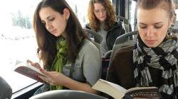 Sull'autobus senza biglietto? Niente multa se avete un libro con
