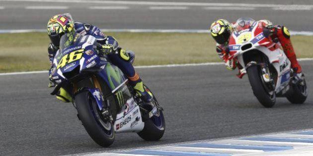 Moto Gp, Valentino Rossi si vendica di Jorge Lorenzo e vince in Spagna: 113esima vittoria in carriera...