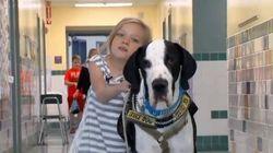 La bambina disabile impara a camminare con l'aiuto del