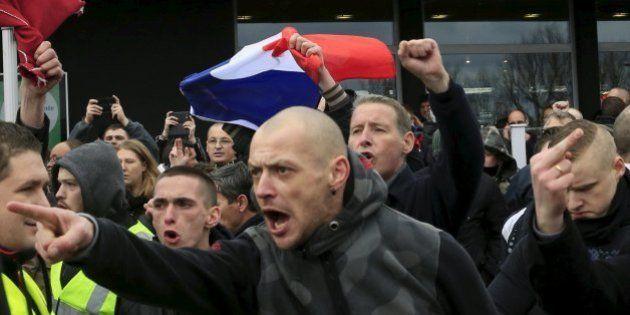 Manifestazioni degli anti-islamici di Pegida in tutta Europa. Scontri a Calais. Un gommone tenta di attraversare...