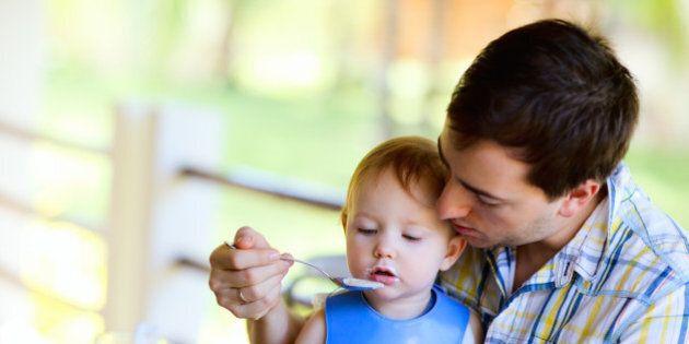 Con il cucchiaino in mano si diventa papà. Lo svezzamento è il nostro
