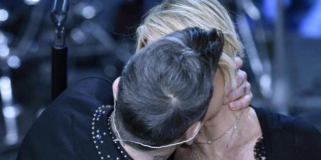 Sanremo 2017, il bacio tra Maria De Filippi e Robbie Williams fa impazzire il web: