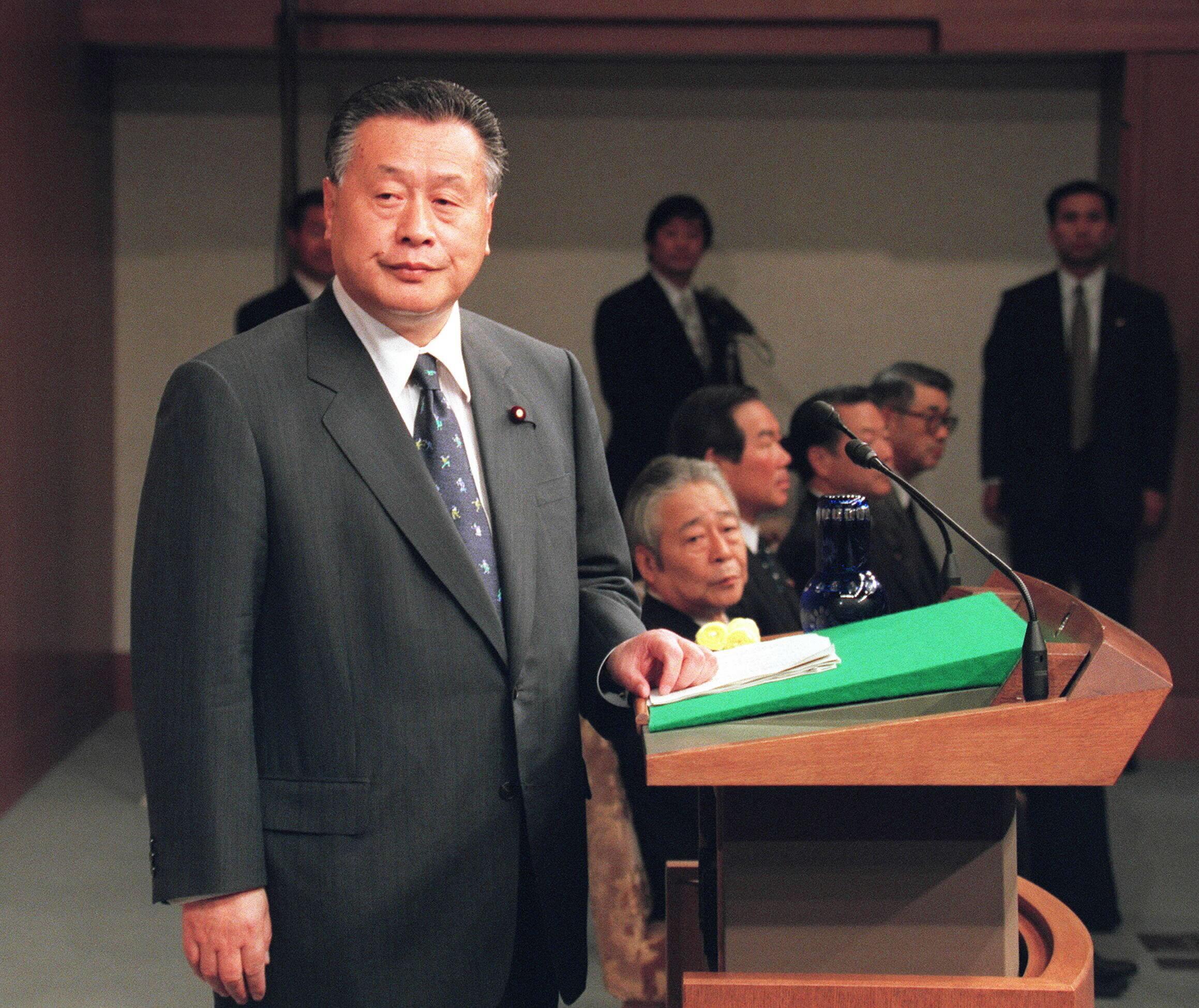 「日本は天皇を中心とする神の国」と自らの発言について釈明記者会見する森喜朗氏(2000年05月26日、首相官邸)