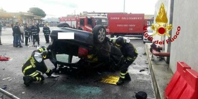 Un'auto precipita dalla tangenziale Est di Roma e finisce nel deposito Atac: grave il