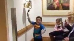 La gioia del bimbo dopo l'ultima sessione di chemioterapia emoziona