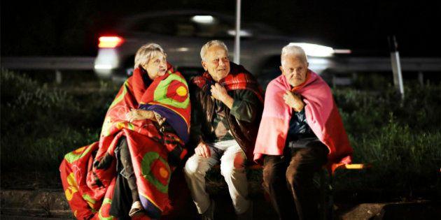 Amatrice, la prima lunga notte dei terremotati. Tendopoli davanti a un garage divenuto obitorio. I Vigili...