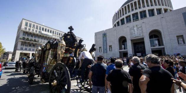 Funerali Casamonica, Enac sospende licenza pilota elicottero. I vigili urbani si difendono: