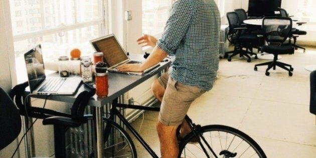 Con la bici-scrivania si può lavorare pedalando: ecco l'invenzione che potrebbe rivoluzionare la vita...
