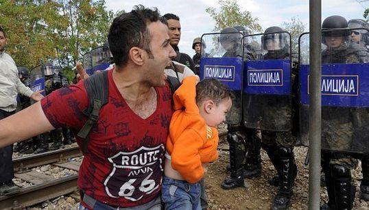 Granate sui profughi, esplode il confine