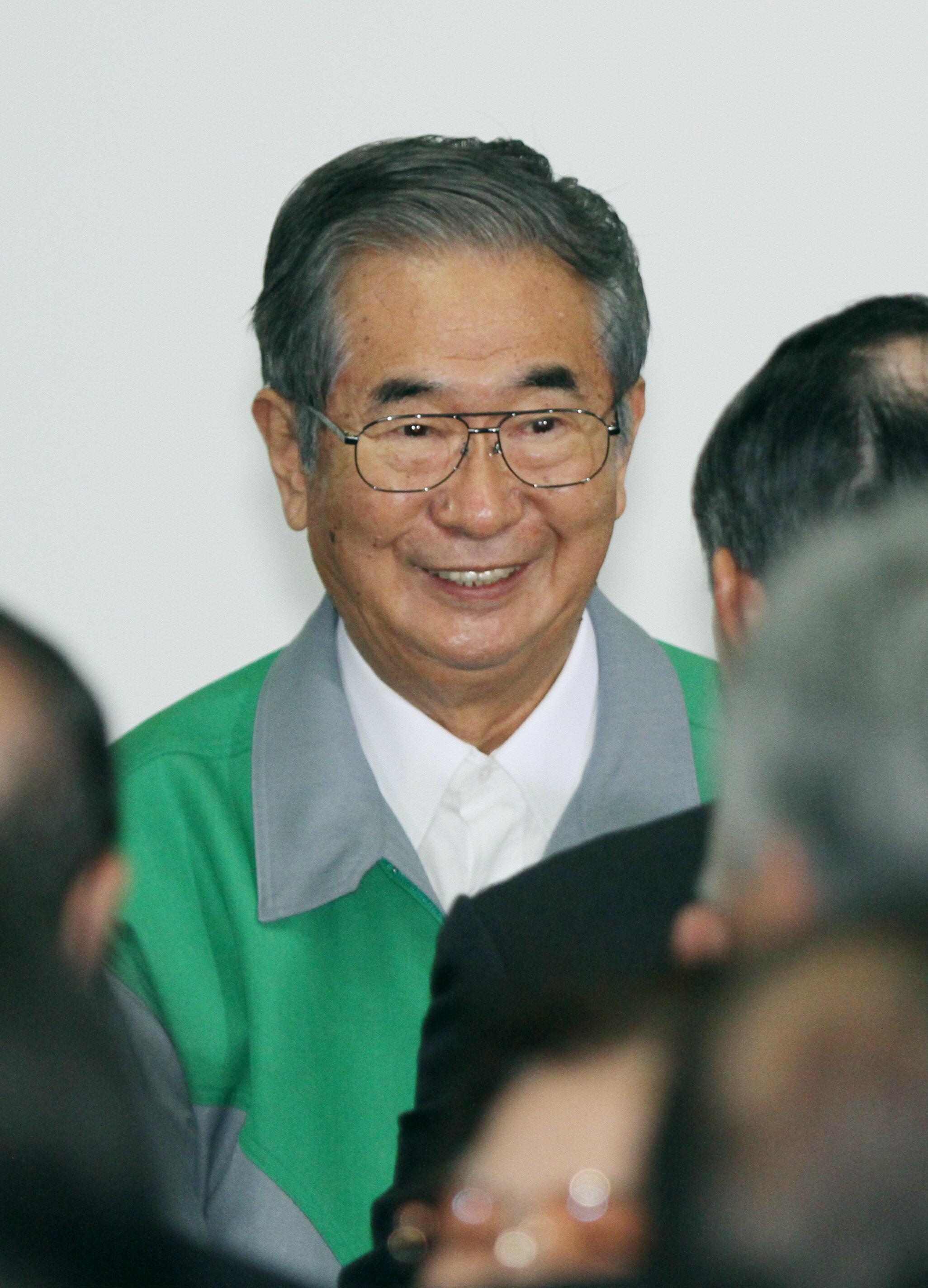 支援者に囲まれ笑顔を見せる石原慎太郎氏(2011年03月24日、港区南青山の選挙事務所)