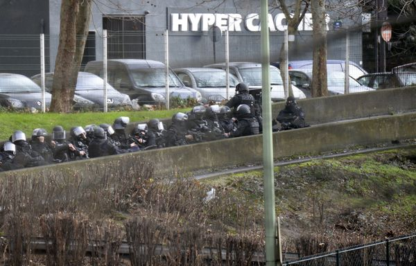 A photo taken on January 9, 2015 shows members of the French police forces taking position by the kosher grocery store in Por