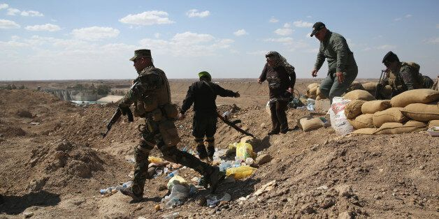 AL-KARMAH, IRAQ - APRIL 14:  Iraqi Army troops take positions on the frontline with ISIL on April 14, 2015 near Al-Karmah, in