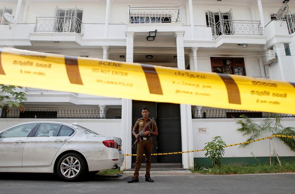스리랑카 경찰이 자살폭탄 공격을 벌인 용의자들의 자택 앞에서 경계를 서고 있다. 스리랑카, 콜롬보. 2019년