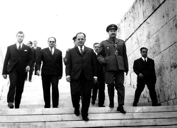 Η αδύναμη ελληνική δημοκρατία δέχθηκε το καίριο πλήγμα το 1967 με την επιβολή στρατιωτικού νόμου από μεσαίους αξιωματικούς το