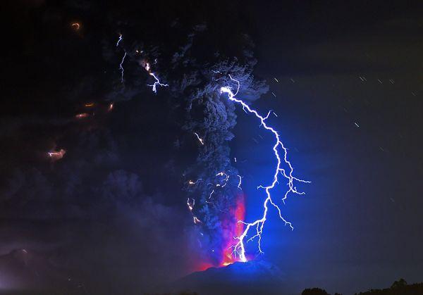 Η θέα από την περιοχή της Frutillar στη νότια Χιλή δείχνει την ηφαιστειακή έκρηξη του Calbuco. Αμέσως μετά την έκρηξη οι αρχέ