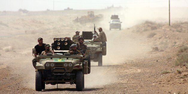 Iraqi security forces and paramilitaries deploy, on May 26, 2015, in al-Nibaie area, north-west of Baghdad, during an operati